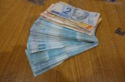 Bargeld auf den Tisch