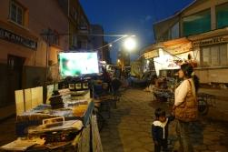 Gemeinsames TV Schauen auf der Straße