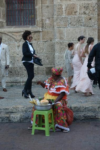 Obstverkäuferin & Hochzeitsgesellschaft